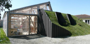 une-maison-bioclimatique-semi-enterree-container-toiture-vegetalisee-615x300